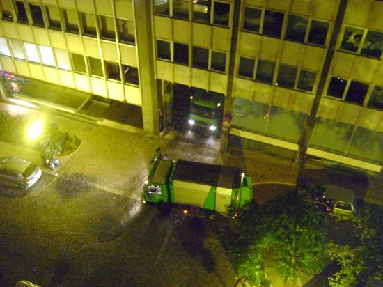 Clarion Suites Lisbon: BIN TRUCKS AT 22:00HRS (ONLY DOWNSIDE OF FRONT OF HOTEL)