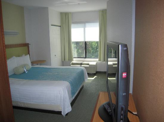 SpringHill Suites Alexandria: bedroom area - comfy bed
