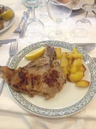 Eco Hotel Edy: bistecca ai ferri con patate al forno, cottura ottima e carne tenera