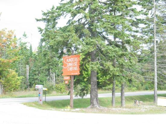 Saunders Sunrise Cabins : Front drive entrance