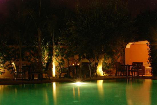 Al Fassia Aguedal: Pool area in the evening