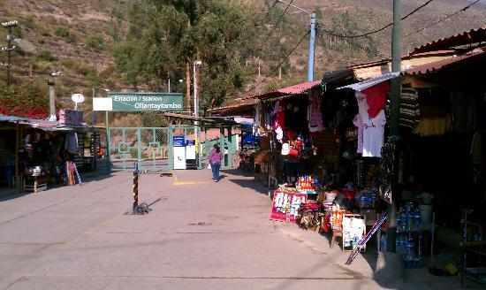 El Albergue Ollantaytambo: Side street towards main town (but looking back at station)