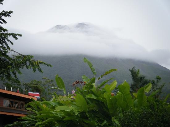 Hotel El Silencio del Campo: cloudy volcano