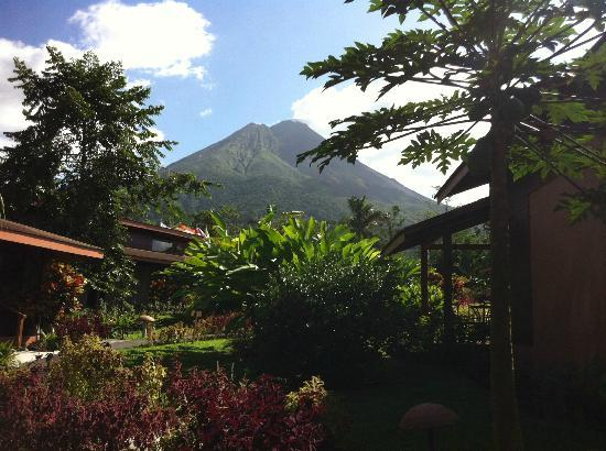 Hotel El Silencio del Campo: view of volcano from our cabin