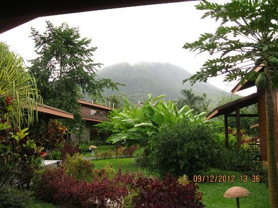 Hotel El Silencio del Campo: cloudy view of volcano from our cabin