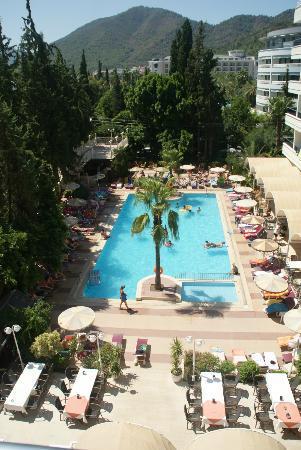 Kayamaris Hotel : Vue de la chambre sur piscine