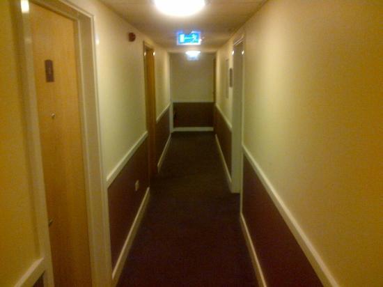 Premier Inn London Twickenham East Hotel: Corridor to rooms