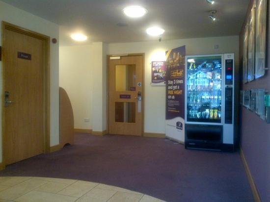 Premier Inn London Twickenham East Hotel: Vending machine