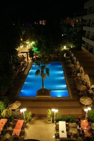 Kayamaris Hotel : Vue de la chambre sur piscine de nuit