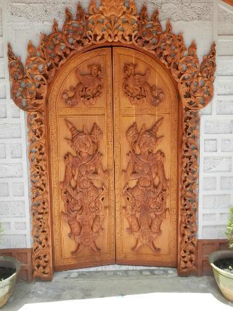 Golden Empress Hotel: Front door
