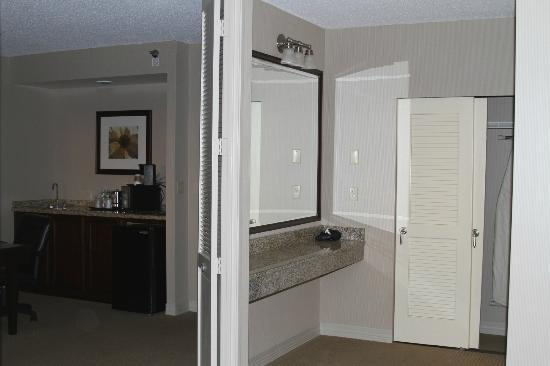 Sheraton Suites Wilmington Downtown Hotel: Large area outside the bathroom to get ready