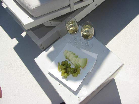 Aenaon Villas: Welcome wine and fruit