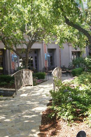 The Langham Huntington, Pasadena, Los Angeles: Inner courtyard, from Lobby to restaurant