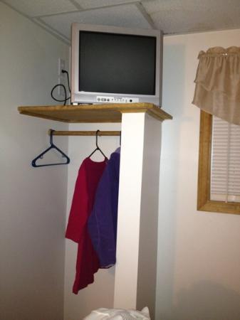Moore's Motel: closet & TV
