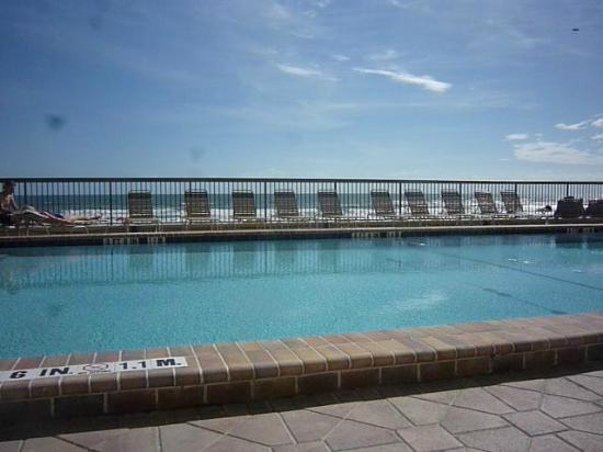 Holiday Inn Express and Suites Oceanfront: pool right on beach