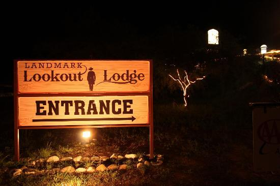 Landmark Lookout Lodge: welcoming sign