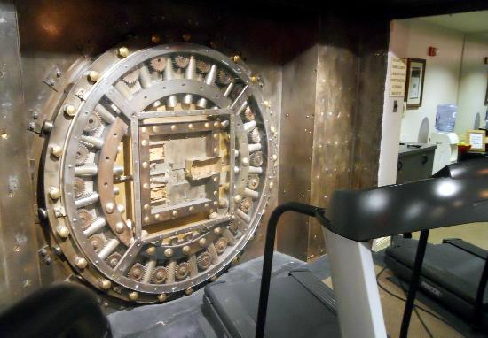Madison Hotel: MADISON - Fitness Center in old bank vault