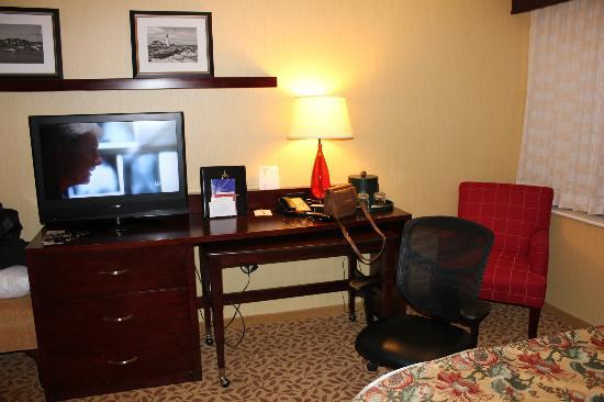Portland Marriott at Sable Oaks: tv/desk area
