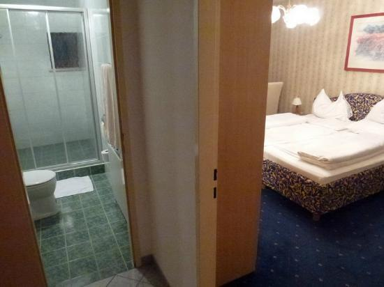 Hotel Altmann: Room & bathroom