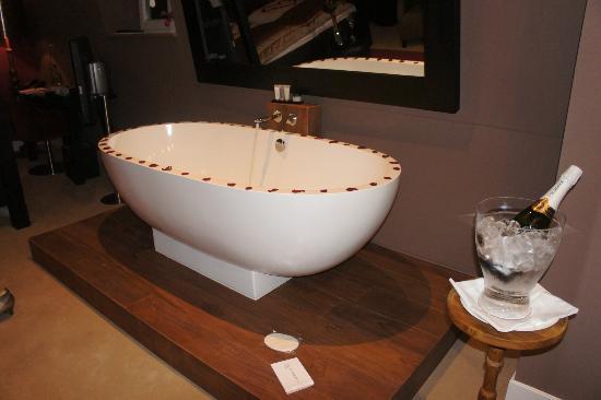 Hotel Merici: De badkuip midden in de kamer