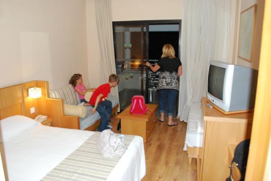 Louis Phaethon Beach: Snug but comf and clean rooms