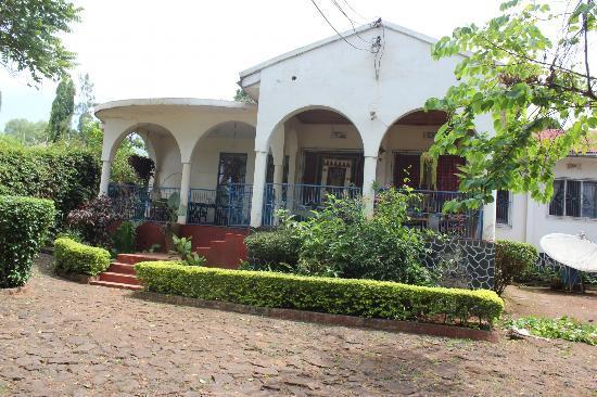 Amans Paradise Hotels : Huvudbyggnaden med verandan