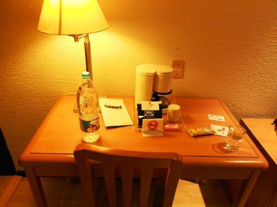 Hotel PF: Escritorio con cafetera
