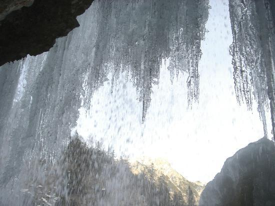 Cascate di Fanes: passando dietro la cascata