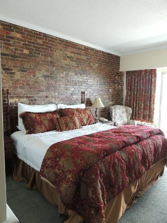 Lord Camden Inn: King sized bed