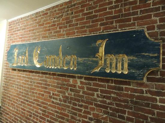 Lord Camden Inn: Wall plaque outside breakfast room