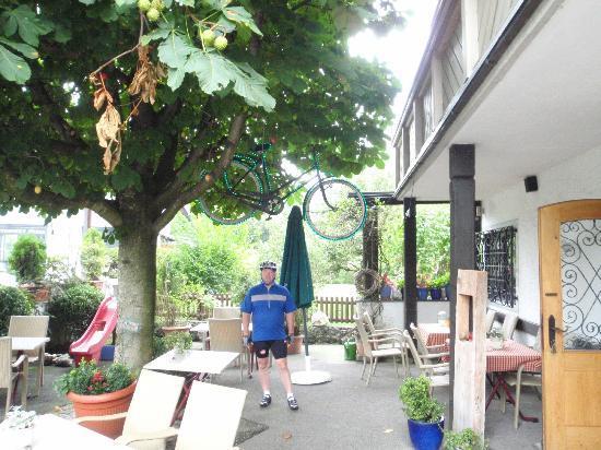 Hotel Jaegerhof: The Outside Patio Restaurant