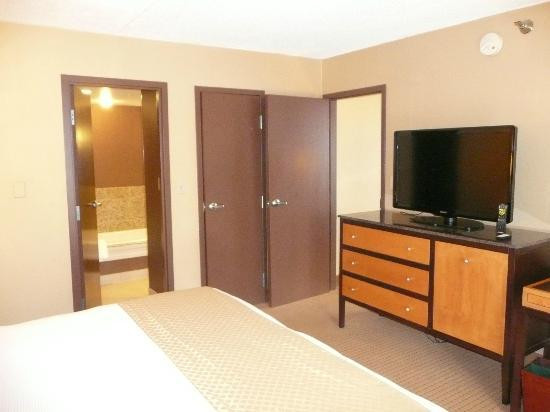DoubleTree by Hilton Chicago - Arlington Heights: Bedroom door to the bathroom and anotehr door to living room