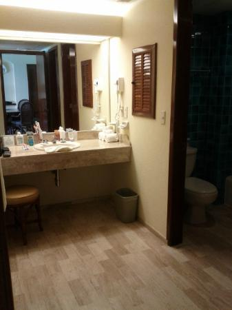 The Royal Caribbean: Basin & bathroom separated