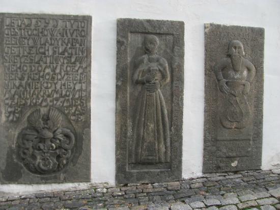The Chaplain's House (Kaplanka) : detail thombslabs