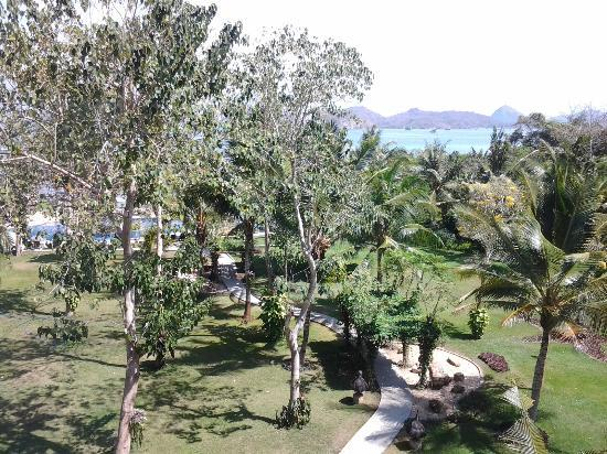 Bintang Flores Hotel: path to pool & beach area