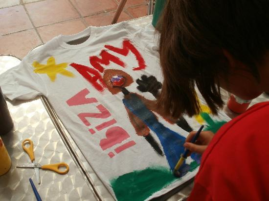 Hotel Club Bahamas Ibiza: t shirt painting in kids clubs