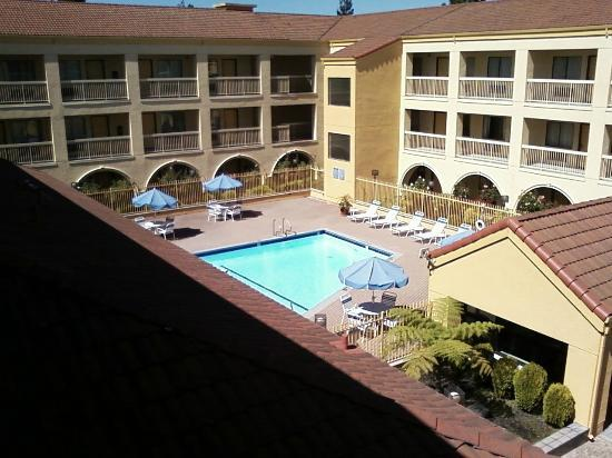 La Quinta Inn & Suites San Francisco Airport West: View of pool from the 3rd floor