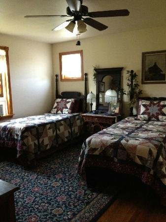 Sheppard's Place: Twin beds in Suite
