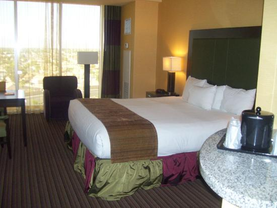 Eastside Cannery Casino & Hotel: bed