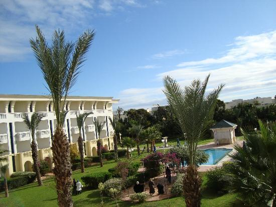 Medina Belisaire & Thalasso: Blick in den Garten und zum Kinderpool
