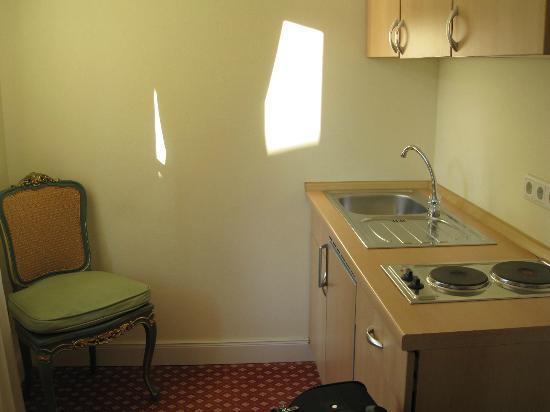 Dirazi Guest House: Kitchen Area