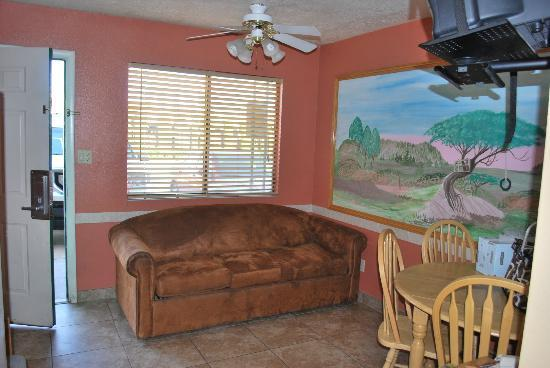 Coronada Inn and Suites: Family/Dining room