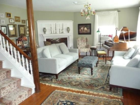 Staveleigh House Bed and Breakfast: Welcome to the living room