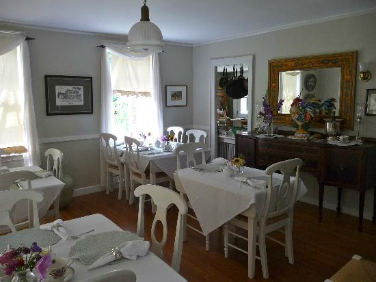 Staveleigh House Bed and Breakfast: The elegant breakfast room