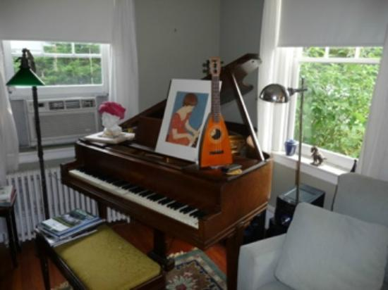 Staveleigh House Bed & Breakfast: The music corner