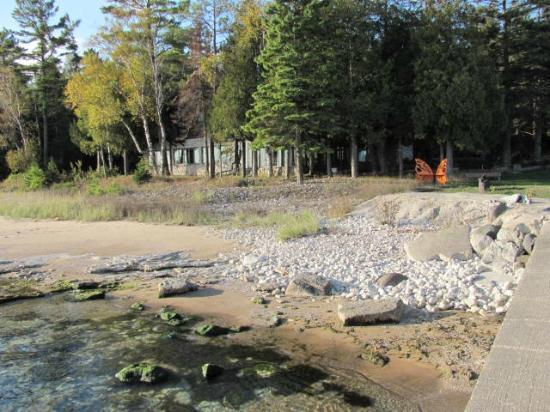 Donny's Glidden Lodge: Donny's on the shoreline.