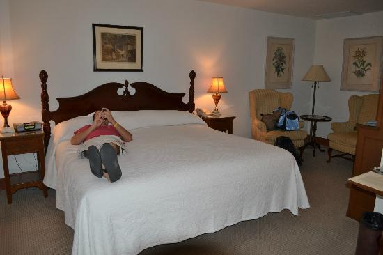 Arizona Inn: king bed in standard room