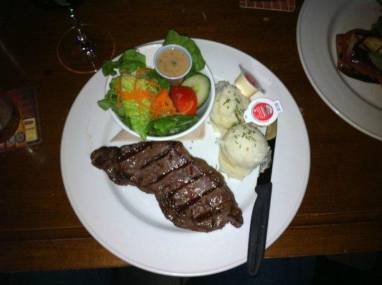 Lieutenant's Pump : A tasty little steak with mash and a salad