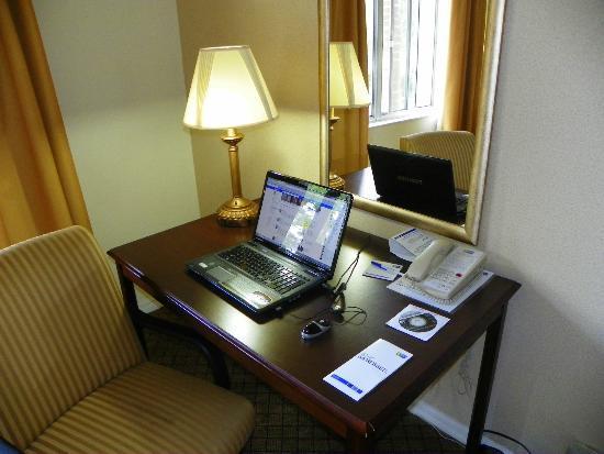 Holiday Inn Express & Suites Bradenton West: NICE WIFI DESK