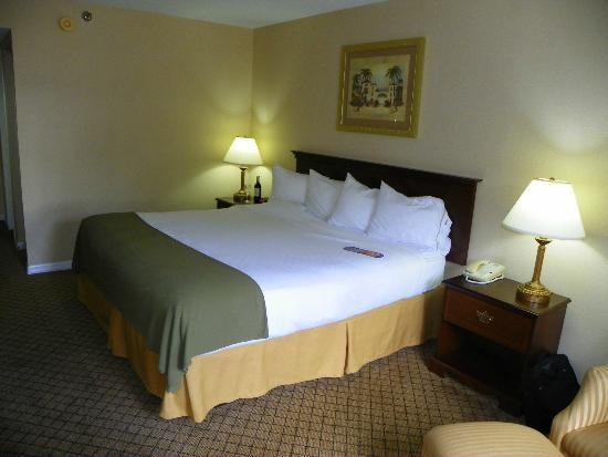 Holiday Inn Express & Suites Bradenton West: VERY FIRM BED